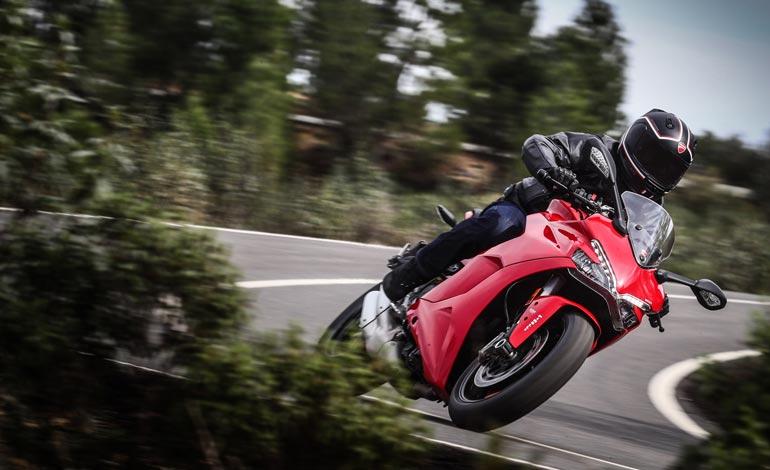 É possível uma moto esportiva confortável?