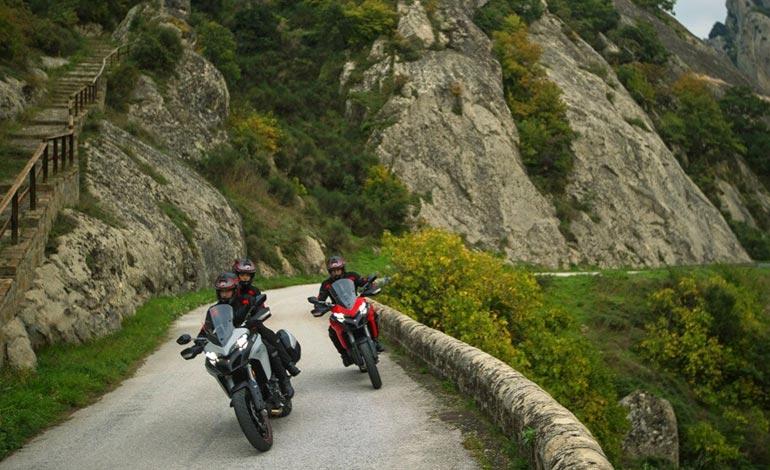 Viajar de moto: atenção às infrações comuns ao pegar a estrada com sua Ducati